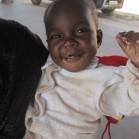 スピルリナを混ぜた栄養改善食を食べる子供